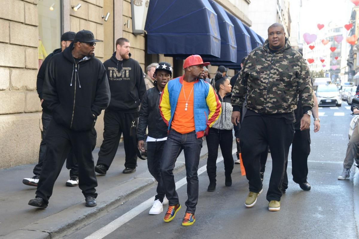 Floyd Mayweather's Bodyguards Make Him Look Like A Little Kid (2 pics)