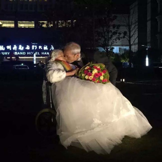 Chinese Man Finds The Most Romantic Way To Say I Love You To His Wife (2 pics)