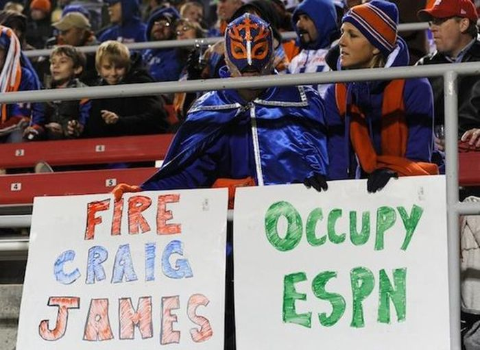 Signs That Stole The Show At Sports Games (26 pics)