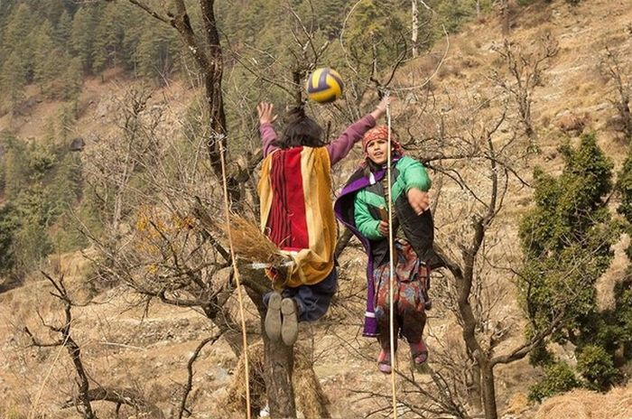 Teacher Sets Up Amazing Quidditch Photoshoot For His Students (7 pics)