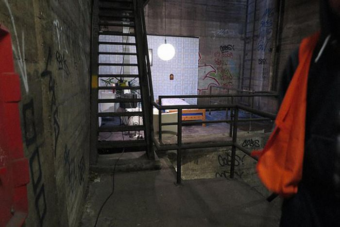A Mysterious Bedroom Has Appeared In Berlin's Subway Tunnels (3 pics)