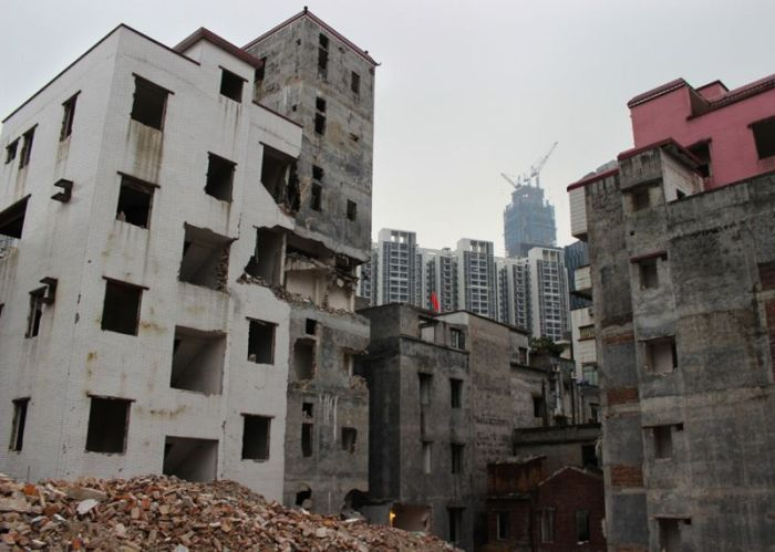 This Chinese Village Sits In The Shadows Of Tall Skyscrapers (17 pics)