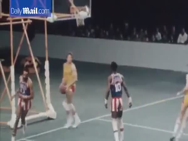 Meadowlark Lemon A Legend Of Harlem Globetrotters Shows Great Performance In 1977