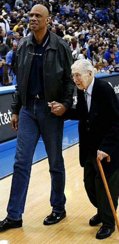 Kareem Abdul-Jabbar And Coach John Wooden Had An Unbreakable Bond (2 pics)