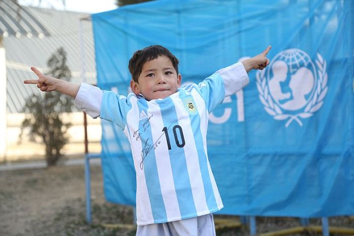 Lionel Messi Makes A Kid's Dream Come True By Sending Him A Signed Shirt (7 pics)
