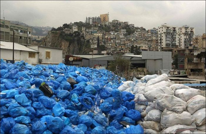 A Street In Beirut Is Being Used As A River Of Garbage (8 photos)