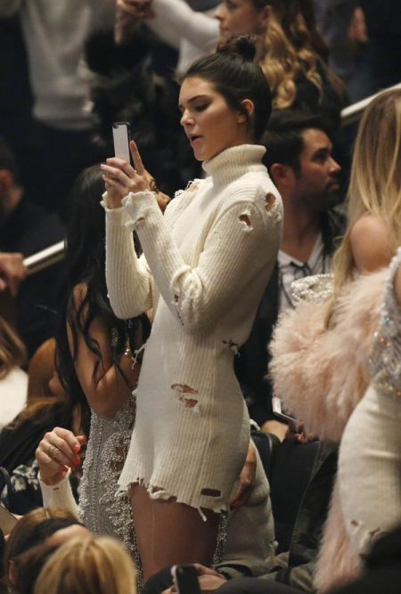 Caitlyn Jenner Tried To Steal Kendall Jenner's Thunder By Copying Her Dress (4 pics)