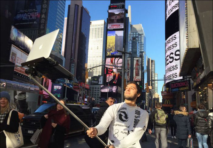 New Selfie Stick Allows You To Take A Selfie With Your MacBook (7 pics)