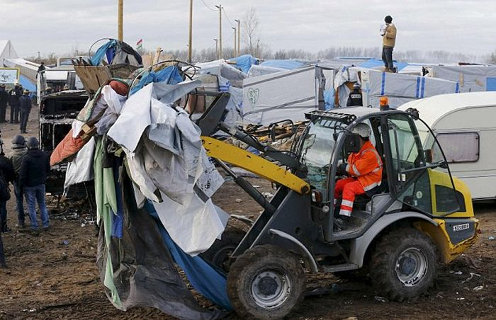 Demolition Teams Are Taking Down The Jungle In Calais (11 pics)