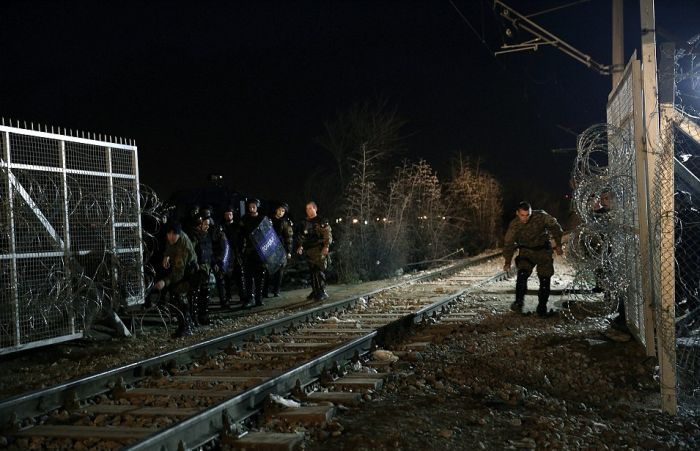 The 19 Mile Fence At The Border Of Macedonia Is Keeping Migrants Trapped (25 pics)