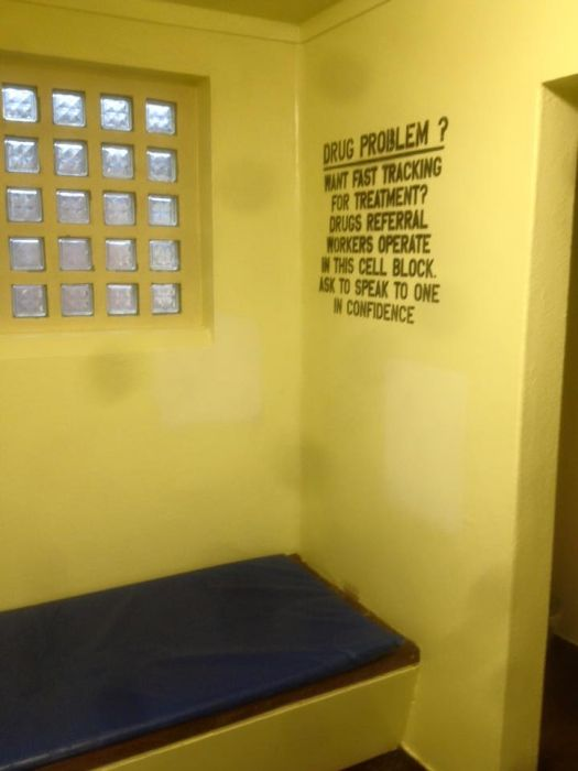 Prisoner Gives Jail Cell A Four-Star Review On Facebook (6 pics)