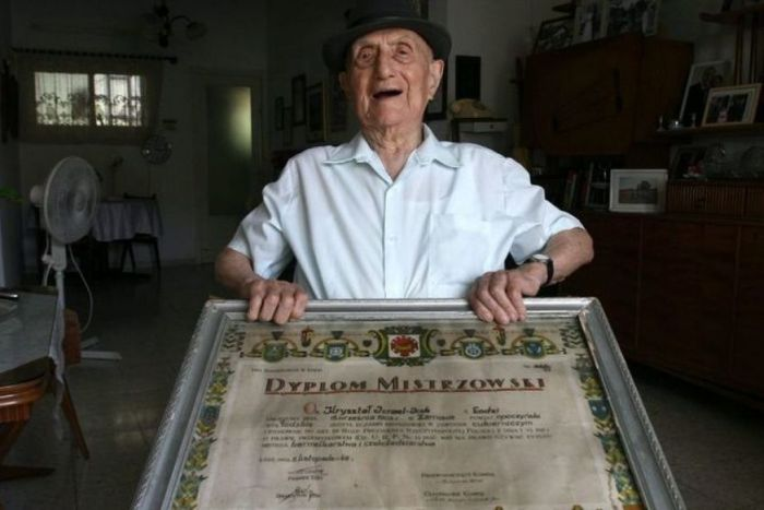 Former Auschwitz Inmate Is The World's Oldest Man (3 pics)