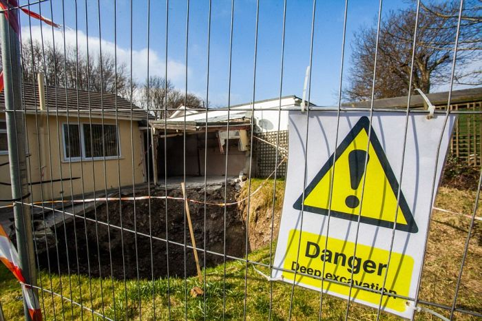 Giant Sinkhole Opens Up Right Next To A House In England (5 pics)