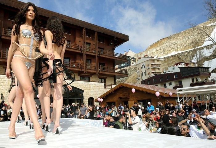 Sexy Models Show Off Lingerie And Swimwear At Ski And Fashion 2016 (22 pics)