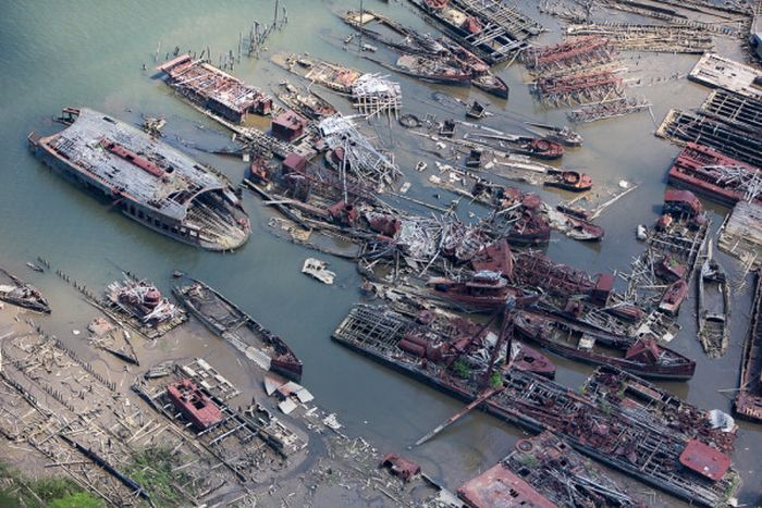 A New York City Harbor Has Become A Graveyard For Old Ships (27 pics)
