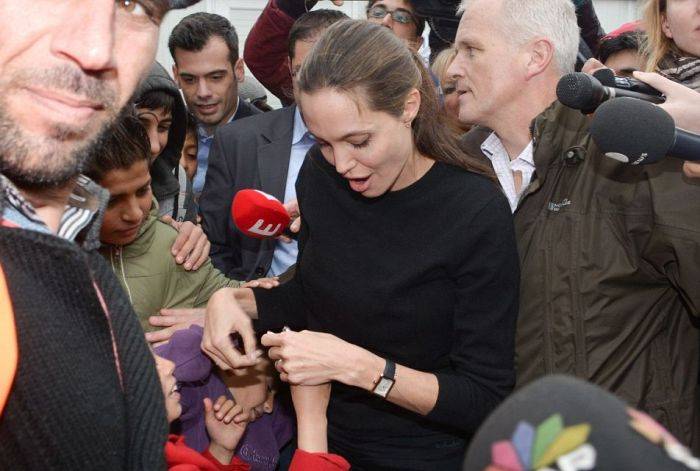 Angelina Jolie Meets With Hundreds Of Star Struck Immigrants In Greece (10 pics)