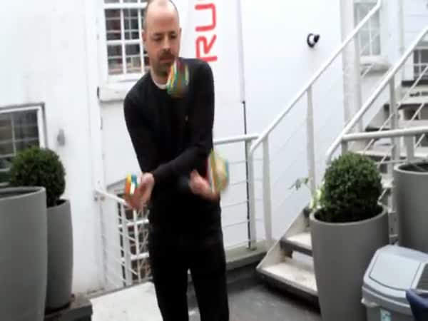Solving 3 Rubiks Cubes In Under 20 Seconds Whilst Juggling