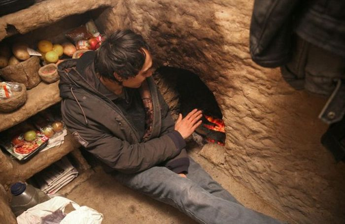 Meet The Man Who's Been Living In A London Mud Hut For 4 Years (9 pics)