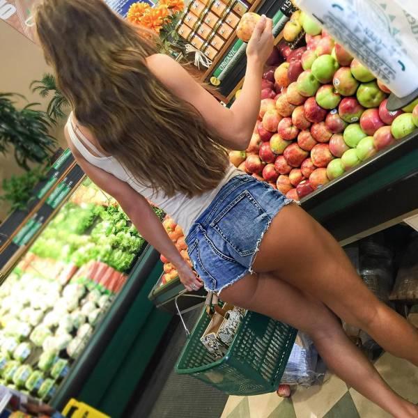 It's Always Wonderful When Sexy Girls Wear Short Shorts (72 pics)