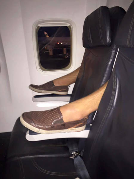 Situations Everybody Tries To Avoid While Flying On An Airplane (42 pics)