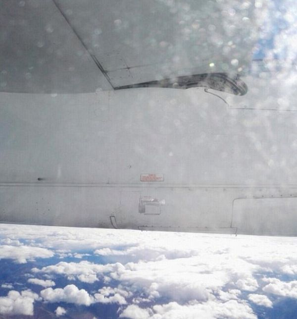This Is Not What You Want To See When You're Flying (2 pics)