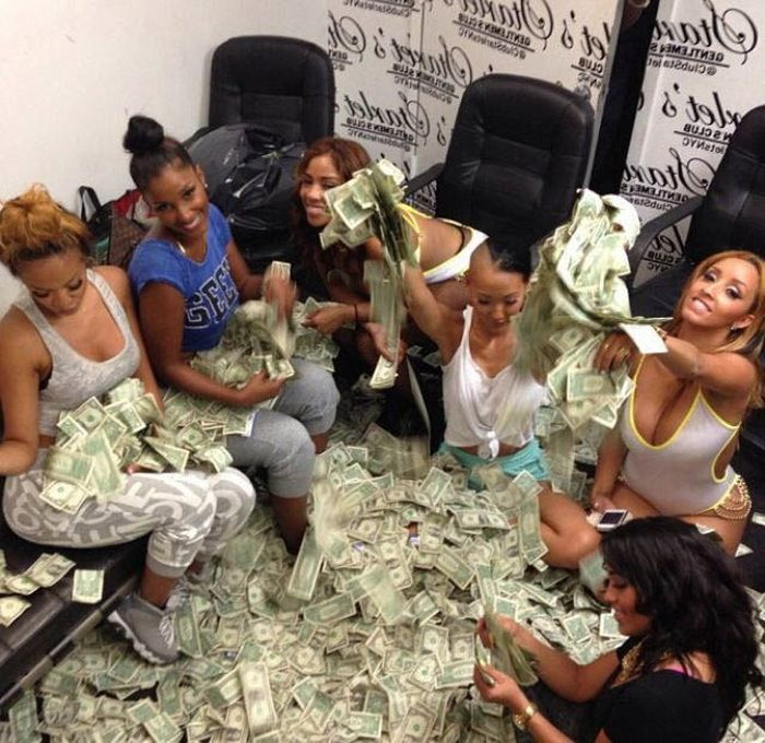 Strippers Always Seem To Be Swimming In Money (22 pics)