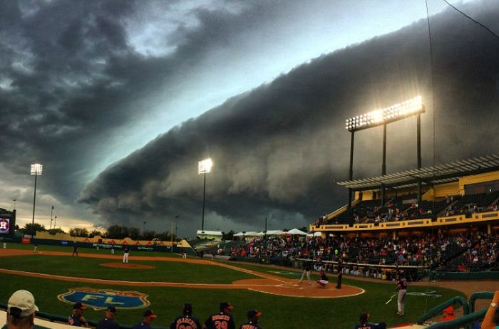Breathtaking Photos Show Storm Clouds That Look Eerily Familiar (5 pics)