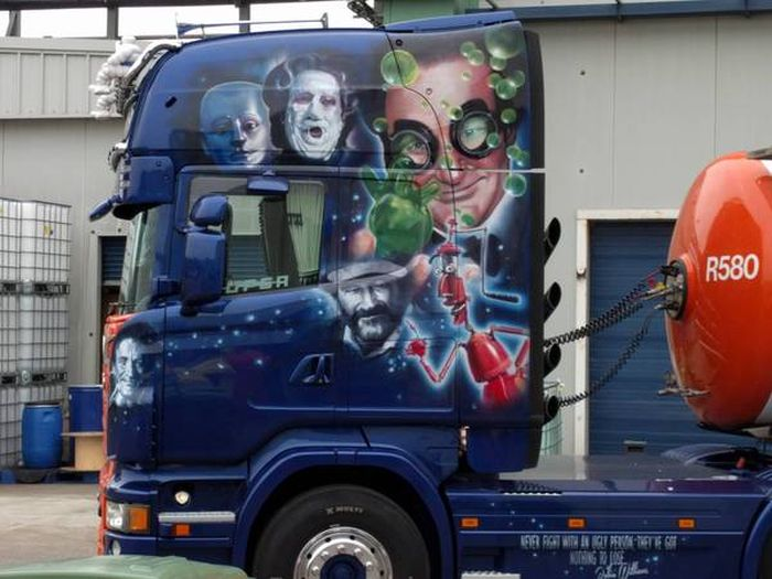 Airbrushed Truck Shows Off The Many Faces Of Robin Williams (3 pics)