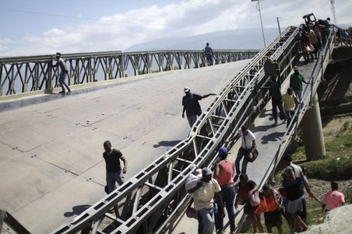 Haitian Locals Continue To Cross This Collapsed Bridge (7 pics)