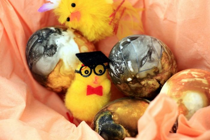 People In Iceland Use Sulfur Springs To Paint Easter Eggs (13 pics)