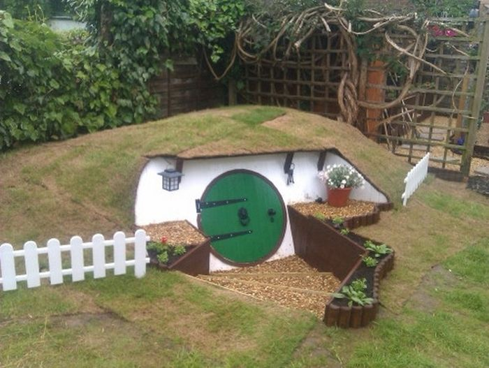 Man Builds Custom Hobbit Hole In His Own Backyard (23 pics)