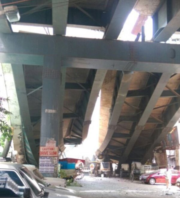 Overpass In India Collapses And Traps Over 150 People (8 pics)