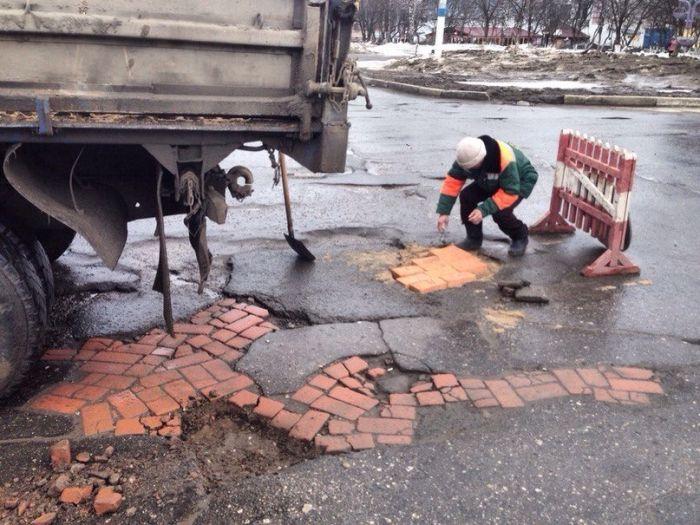 How Russians Repair Holes In The Road (6 pics)