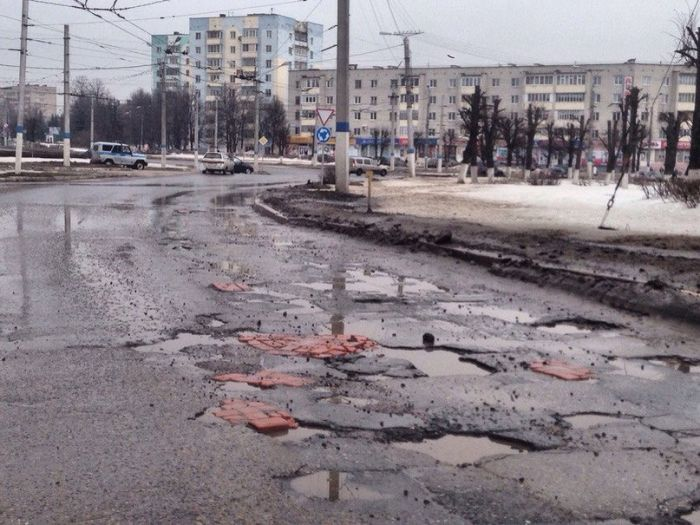 How Russians Repair Holes In The Road (6 pics)