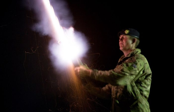 UK Soldiers Light Up The Sky With Shamooli Flares (7 pics)