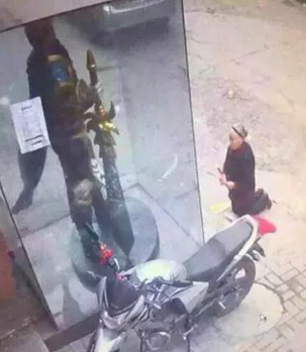 Old Woman Mistakenly Prays In Front Of A Video Game Character's Statue (4 pics)