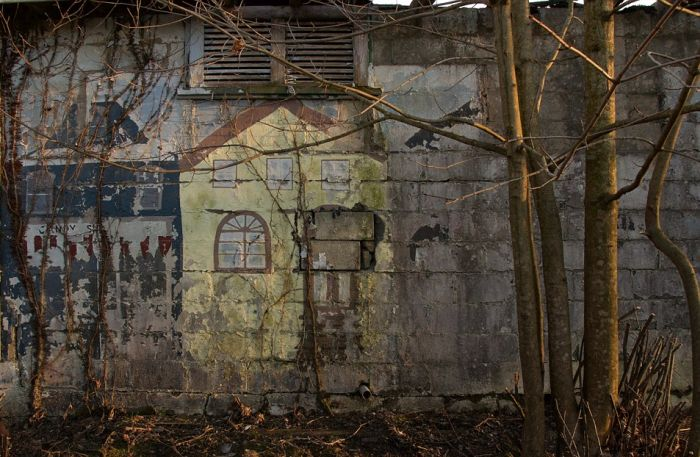 This Old Abandoned Funhouse Doesn't Look Fun At All (24 pics)