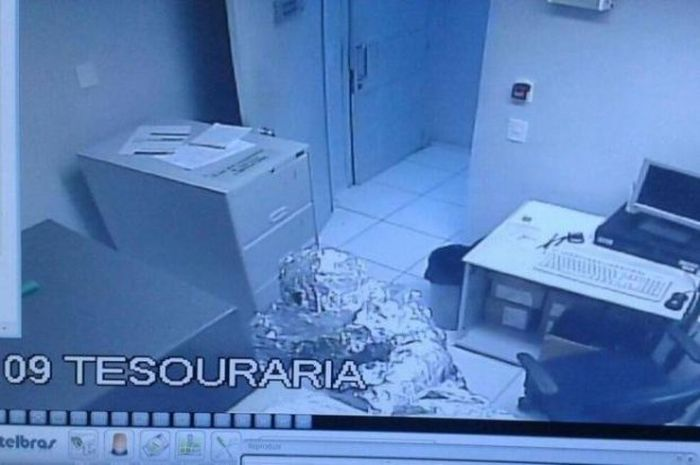Thieves Dress Up In Tin Foil Before Robbing A Bank (3 pics)