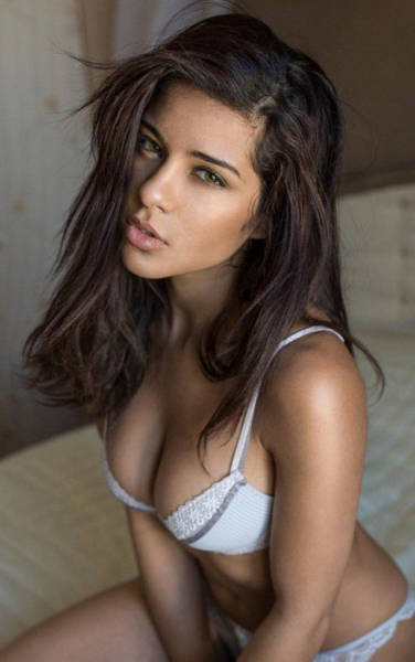 Busty Girls That Have What It Takes To Put A Big Smile On Your Face (53 pics)