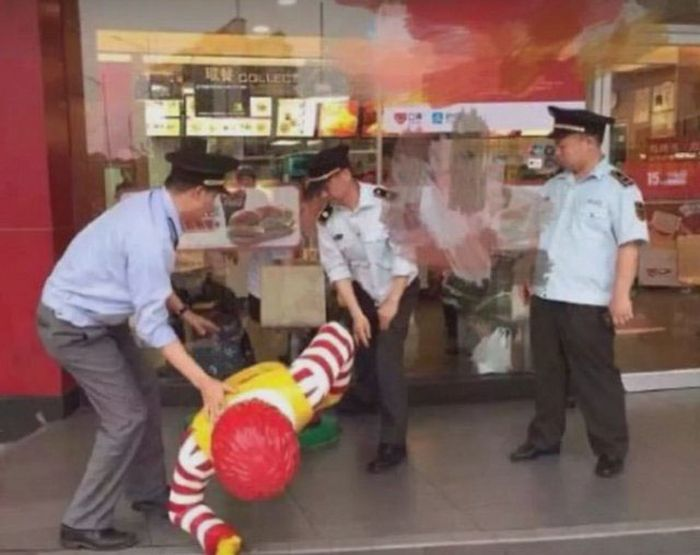 A Ronald McDonald Statue Has Been Arrested By Police In China (6 pics)