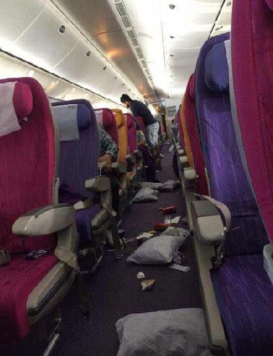 Six People Rushed To The Hospital After Turbulence Leaves Them Injured (2 pics)