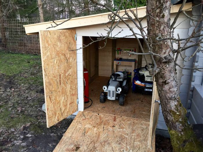 Caring And Creative Dad Builds A Mini Garage For His Son (23 pics)