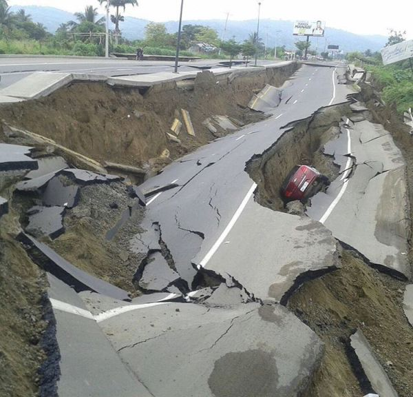 A Massive Earthquake Has Torn Ecuador Apart (25 pics)