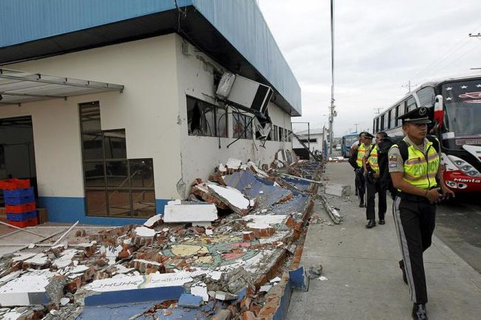 A Massive Earthquake Has Torn Ecuador Apart (25 pics)