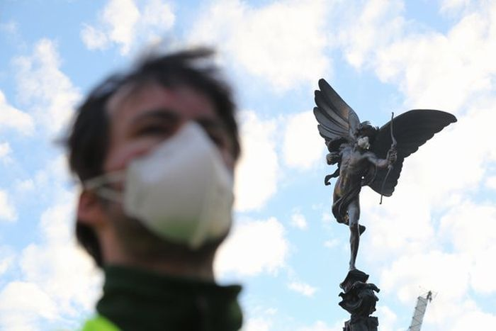Greenpeace Protesters Climb Nelson's Column To Put A Gas Mask On The Statue (5 pics)