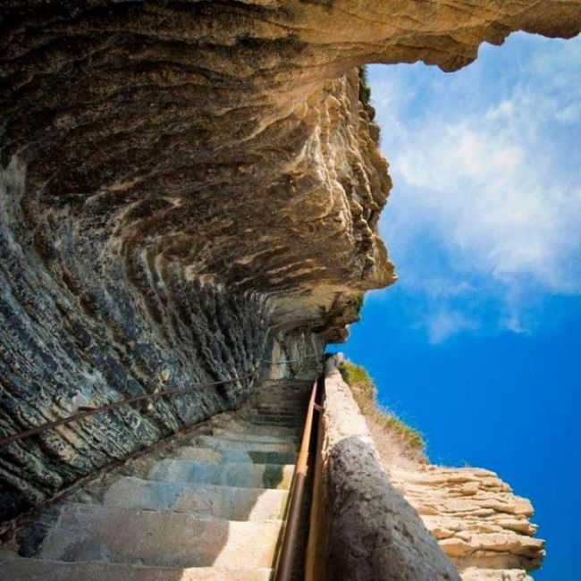 Everyone Should Walk The Staircase Of The King Of Aragon At Least Once (10 pics)