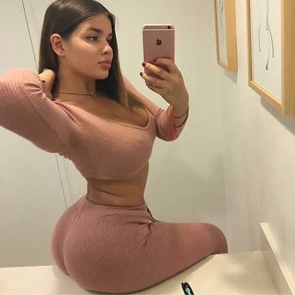 There's Nothing Better Than Beautiful Babes With Beautiful Curves (25 pics)