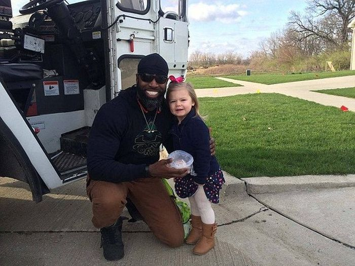 Little Girl Fulfills Her Dream By Giving The Garbage Man A Cupcake (3 pics)
