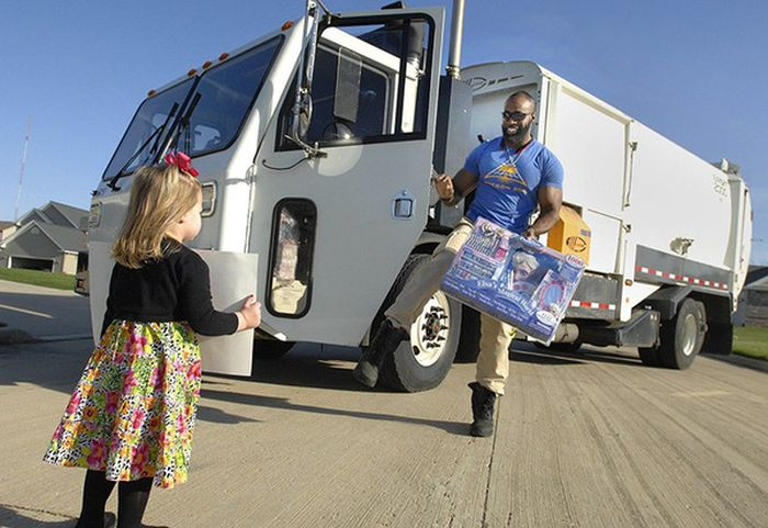 The Cupcake Girl Got Some Special Gifts From Her Favorite Garbage Man (3 pics)