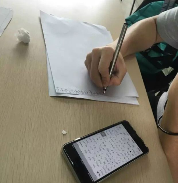 Tardy Chinese Students Are Being Forced To Write Out 1,000 Emojis As Punishment (4 pics)